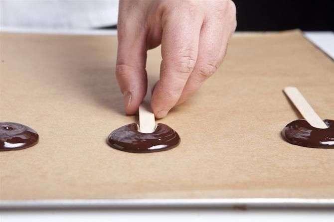 הכנת סוכריה על מקל משוקולד
