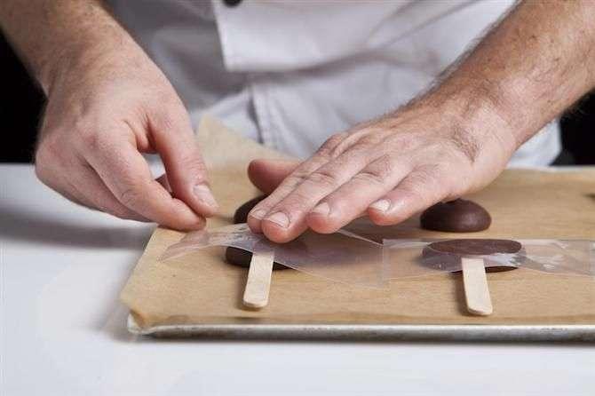 הכנת סוכריה על מקל משוקולד שלב מתקדם