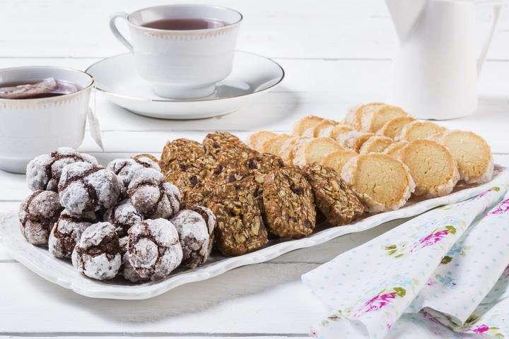 מגשי אירוח - מגש עוגיות לצד הקפה